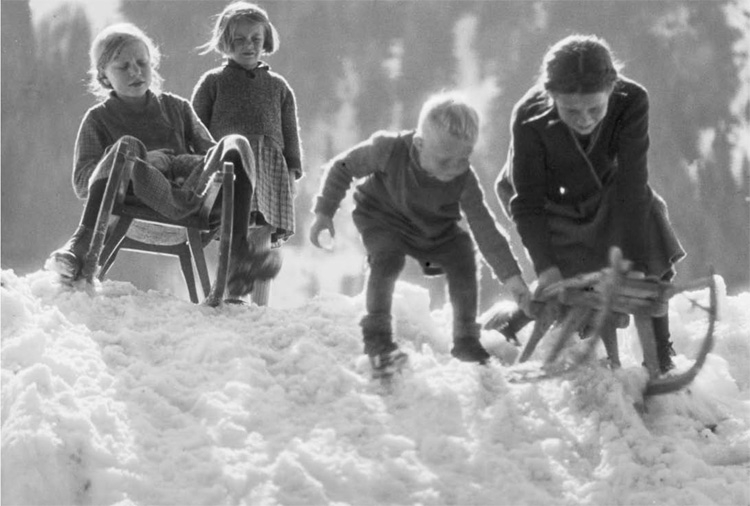 Sledging 1930s (Card)
